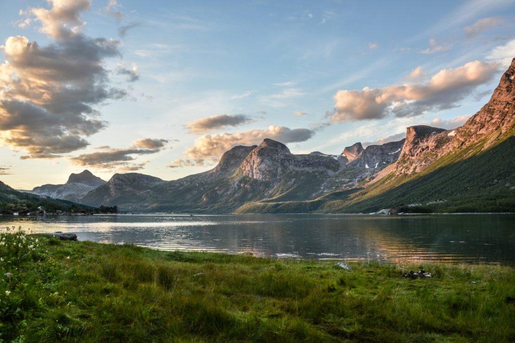 mountain-and-lake-at-sunset-135157.jpg